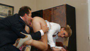Бизнесмен жестко поимел в кабинете сексапильную помощницу
