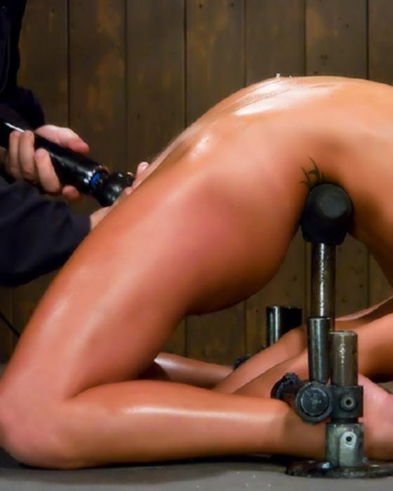 Девушку доводят до сквирта в бондаже.