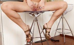 Игривая дамочка жадно сжимает разгоряченный клитор пальцами
