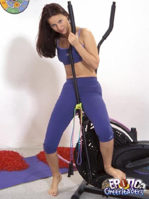 Темноволосая милашка Таня тренирует свои дырочки