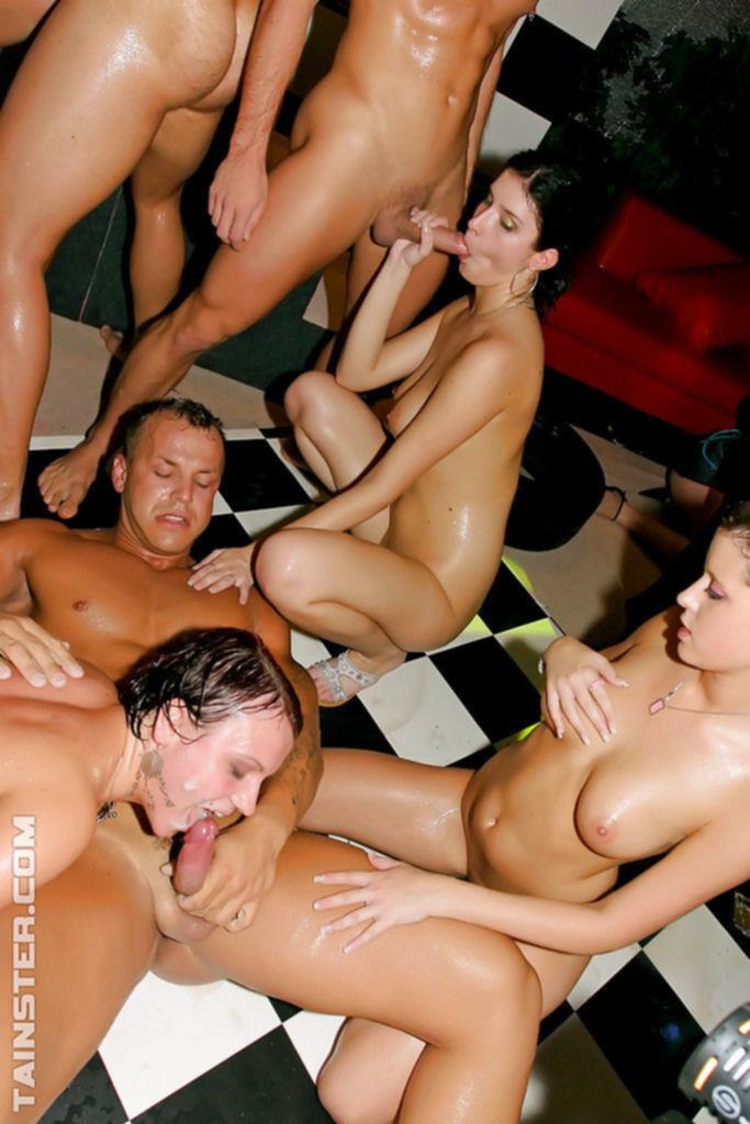 Красивые телки сосут и трахаются на порно вечеринке