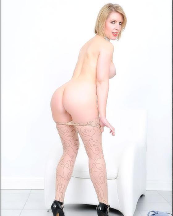 Зрелая блондинка в сексуальных колготках