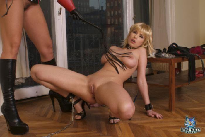 Жесткая госпожа ебет страпоном непослушную рабыну