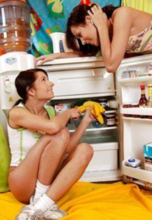 Молоденькие лесбиянки страстно трахают нежные письки бананами