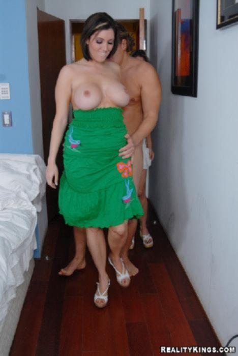 Две сиськастые подружки заманили зрелого мужика