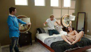 Фигуристая изменщица сношается с любовником в спальне