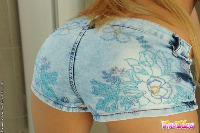 Сексапильная блондинка в джинсовых коротких шортах ебет себя самотыком