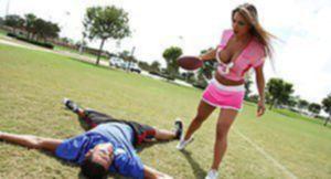 Спортивная милфа трахается с мужиками после футбольного матча