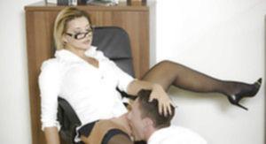 Жаркая начальница дала секретарю вылизать бритую киску