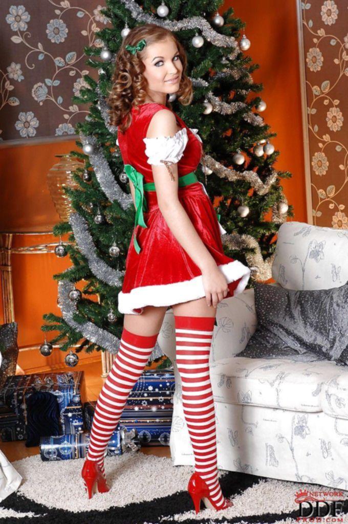 Молодая подружка Санта Клауса засветила свои громадные сисяндры