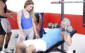 Гибкая спортсменка трахается с массивным тренером в спортзале