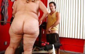 Большая толстая тетка трахается с молодим парнем в раздевалке