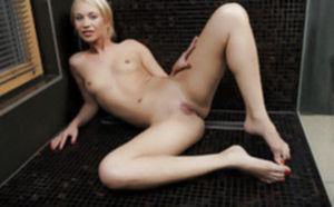 Изящная блондиночка под душем сладко дрочит писю пальцами