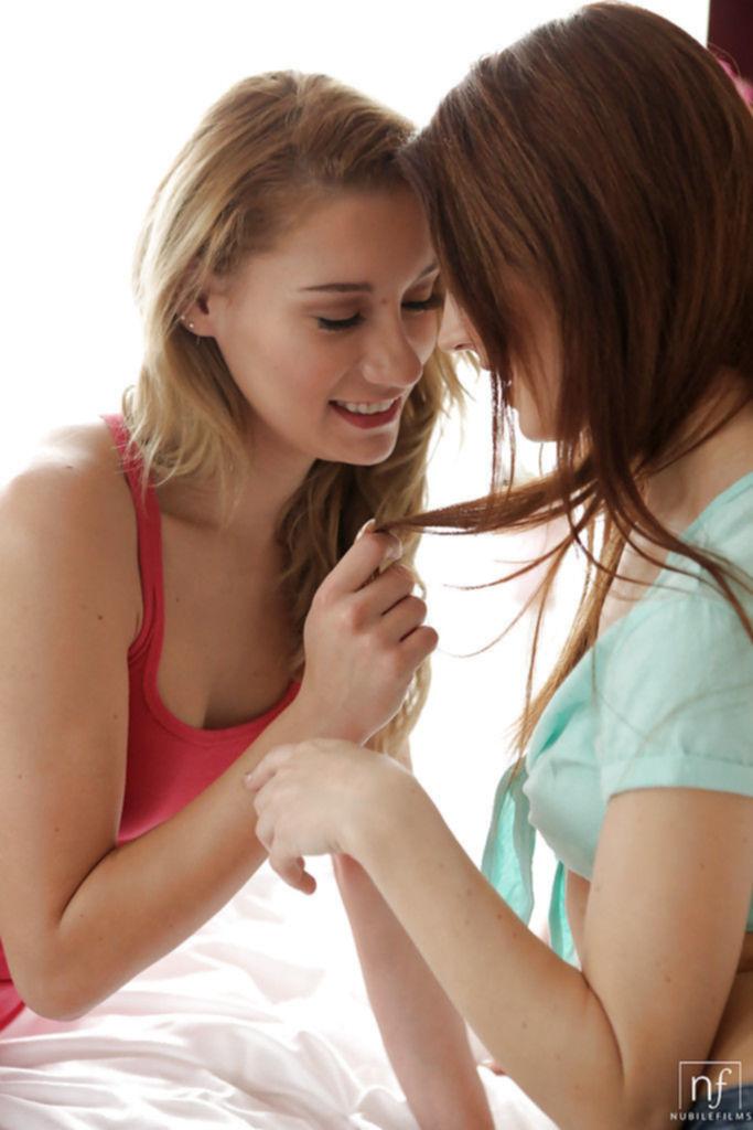 Страстные лесбиянки нежно лижут письки друг дружке