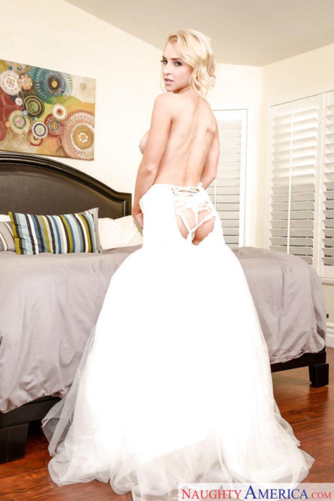 Сучка в свадебном платье разогревает пизду перед брачной ночью