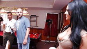 Брюнетка сняла парня в бильярдной и занялась с ним сексом