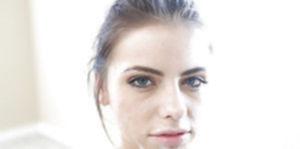 Азартная девка пустила струи спермы по подбородку и буферам