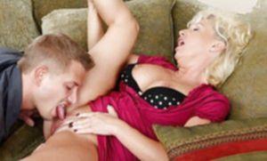 Сынок оттрахал маму в анал на большом диване