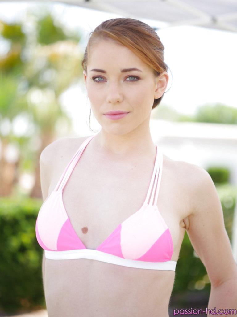 Роскошная шатенка в розовом бикини сверкнула своими прелестями