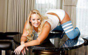 Улыбчивая блондиночка вертит большой задницей в гостиной