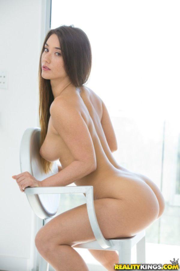 Красивая фотомодель с шикарной грудью разделась в комнате