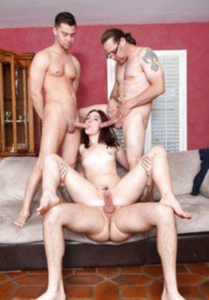Трое друзей разрывают тугой анал и влагалище изящной студентки