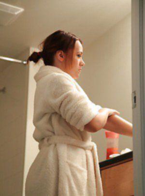 Привлекательная девушка попалась на камеру обнаженной в ванной