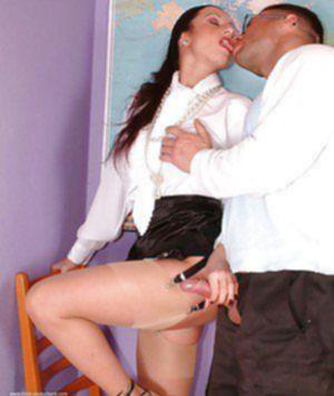 Озабоченный парень кончил в мокрую вагину очкастой репетиторше