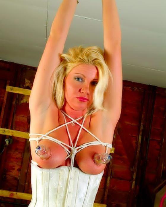 Блондинку принудили к фетиш издевательствам