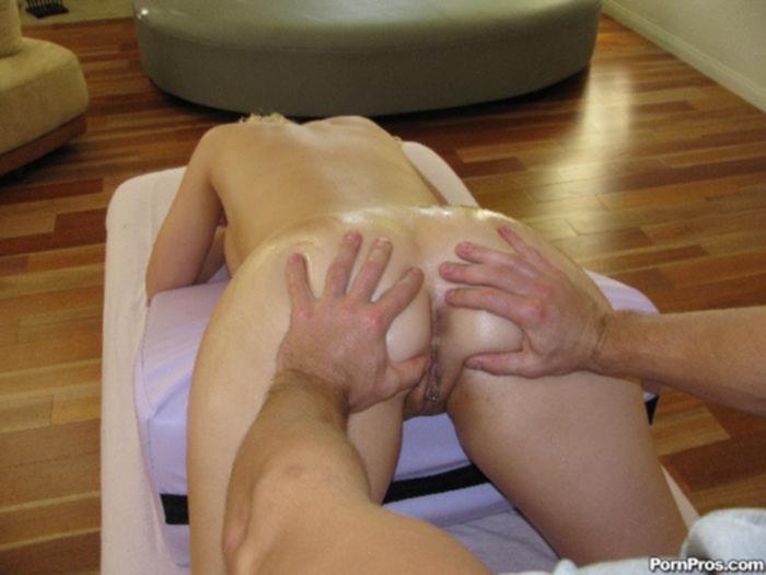 Блондинка занимается сексом с личным массажистом