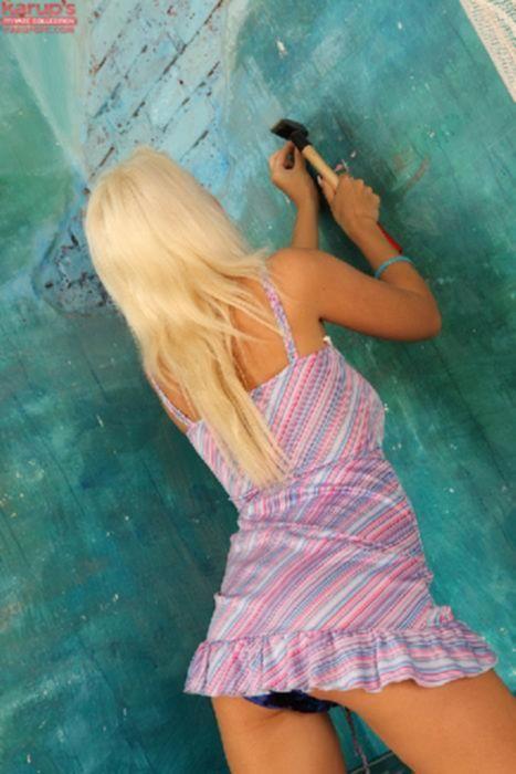 Сексапильная блонда снимает свою короткую юбку