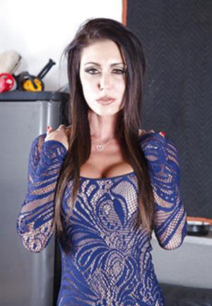 Джессика Джеймс,голая зрелая мамочка показывает свою киску и груди.